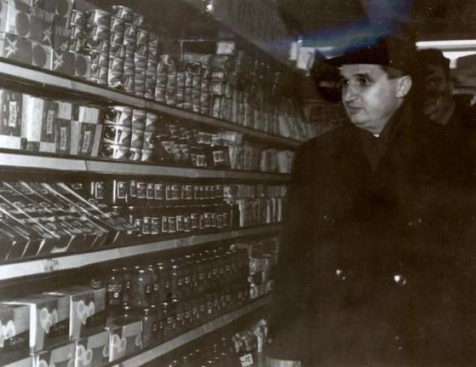 ceausescu-in-vizita-la-noul-magazin-autoservire-din-cartierul-cucureti-cota-arhivistica-49-1965-sursa-foto-fototeca-online-a-comunismului-romanesc