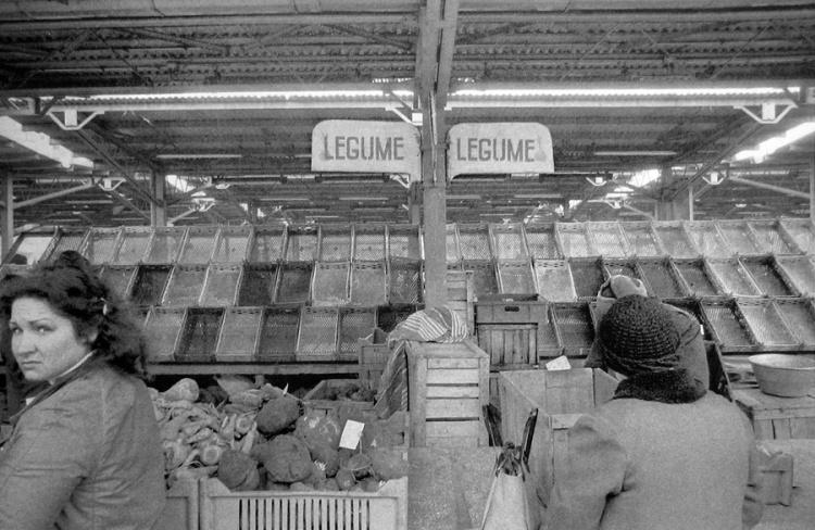 fig.-10-lipsa-alimentelor-in-piete-piata-unirii-martie-1981